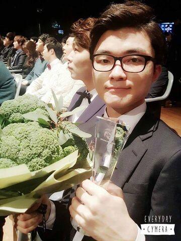 檔案:Faker收椰菜花.jpg