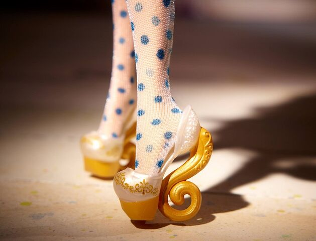 File:Diorama - shoes of Madeline.jpg