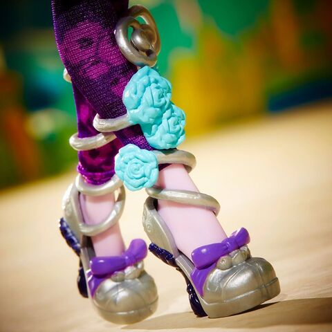 File:Facebook - Kitty's SU shoes.jpg