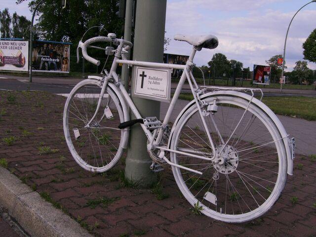 Datei:Ghost bike - Nonnendammallee.jpg