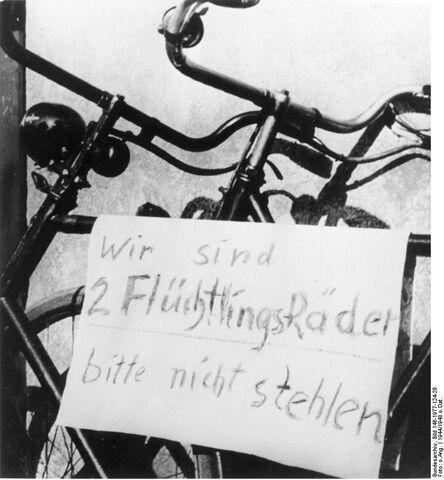 Datei:Bundesarchiv Bild 146-1977-124-28, Fahrräder von Flüchtlingen.jpg