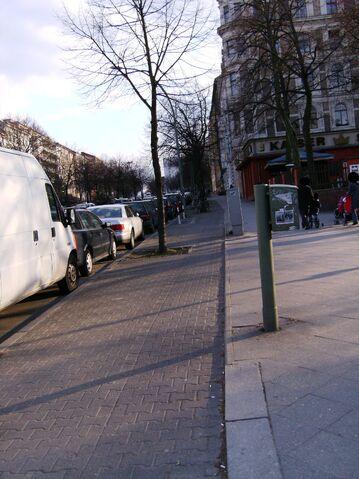 Datei:Mehringdamm zum Platz der Luftbrücke - Radweg.jpg