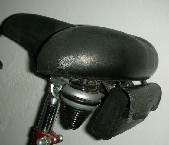 Datei:Fahrradsattel mit Satteltasche.jpg
