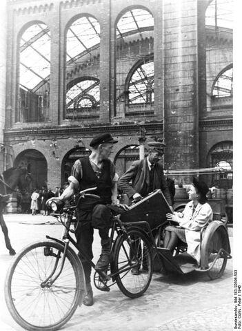 Datei:Bundesarchiv Bild 183-S0506-503, Berlin, Fahrradtaxi.jpg
