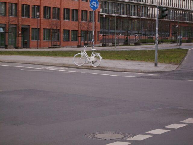 Datei:Geisterrad - Berlin - Bethaniendamm - Köpenicker Str. - 3.jpg