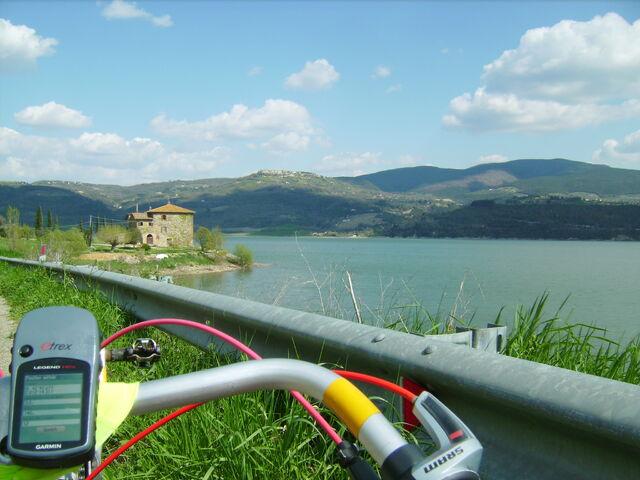 Datei:Lago di Corbara.jpg
