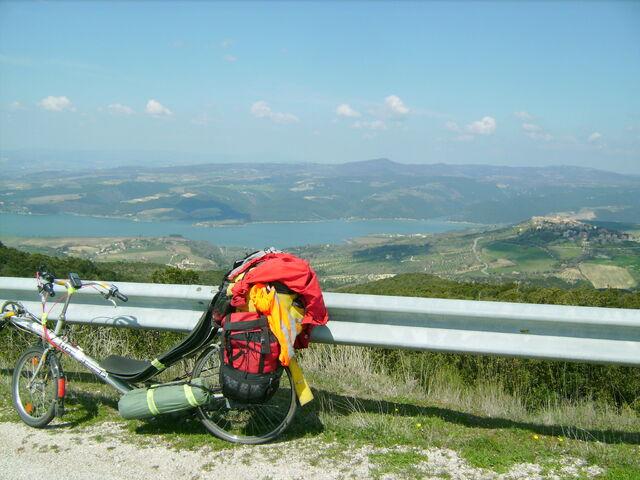 Datei:Blick auf den Lago di Corbara.jpg