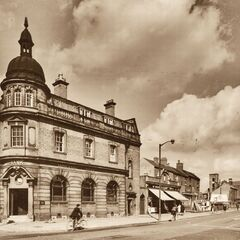 The central bank of Fishmarket which survived World War II, notwithstanding its partners not. It is still there today, orphaned as it has been for years, now alienated by modern buildings. Photo taken in May of 1940.