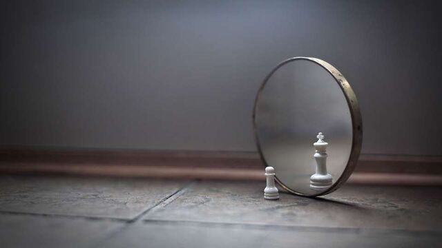 File:Chess-piece-looking-to-mirror-with-big-dreams www.EpicWpp.com -960x540.jpg