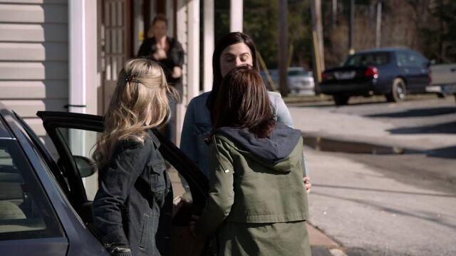 File:2x01 98 Elizabeth, Taylor, Carter, Lori.jpg