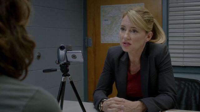 File:1x02 50 Max, Elizabeth.jpg