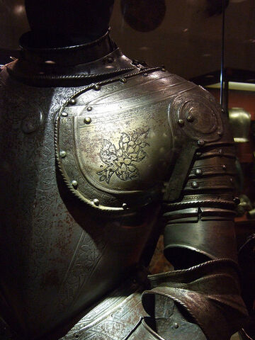 File:Ritterrüstung (suit of armor)- Grandmasters palace, Valletta, Malta.jpg