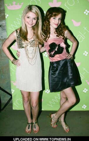 File:Stefanie-Scott-Bella-Thorne3.jpg