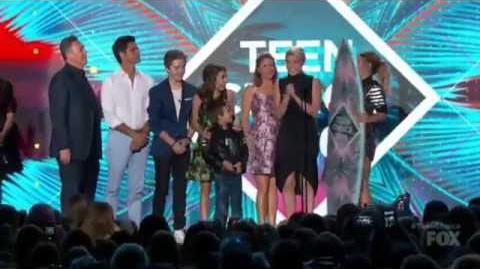 Fuller House Wins Best Comedy - Teen Choice Awards 2016