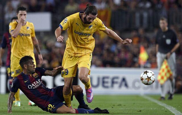 Arquivo:Barcelona-x-apoel daniel-alves-da-carrinho afp.jpg