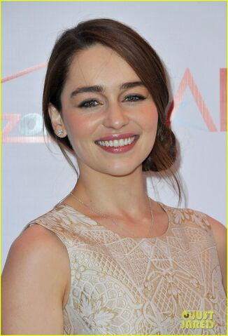 File:Emilia-clarke-afi-awards-2013-red-carpet-04.jpg