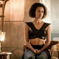 Missandei radzi Tyrionowi, jak rządzić niewolniczym miastem.