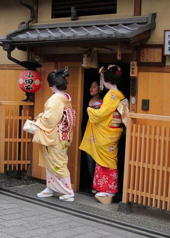 File:640px-Geisha, maiko, shikomi in Kyoto.jpg