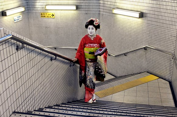 File:Geisha-in-subway-Kyoto-Japan-2007.jpg