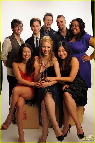 File:Glee-cast-mark-salling-dianna-agron-jenna-ushkowitz-2010-peoples-choice-awards-09.jpg