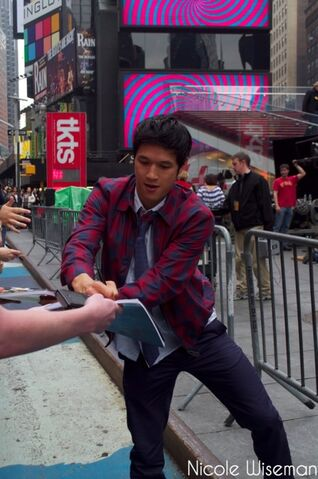 File:Harry signing autographs - glee in nyc - tumblr pic.jpg