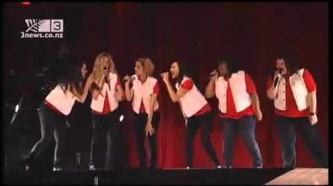 "Glee live in Staples Center ""Don't Stop Believing"""
