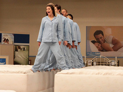 File:Glee-Rachel-mattress 400.jpg