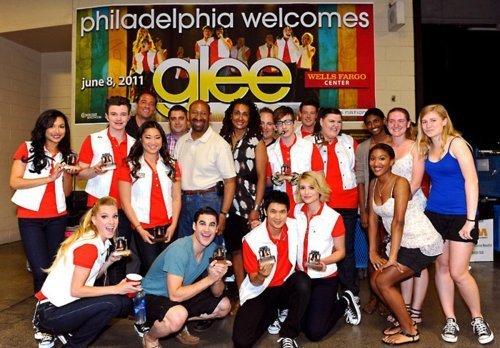 File:Glee-Cast-backstage-in-Philadelphia-meeting-Mayor-Nutter-glee-22733430-500-348.jpg