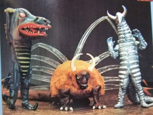 File:Dragonder, Kabutonga, and Jairokku.jpg