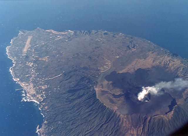 File:Izu Ōshima.jpg