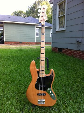 File:Squier Vintage Modified Jazz Bass.jpg
