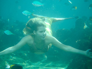 File:Emma-underwater-h2o-just-add-water-9322144-320-240.jpg
