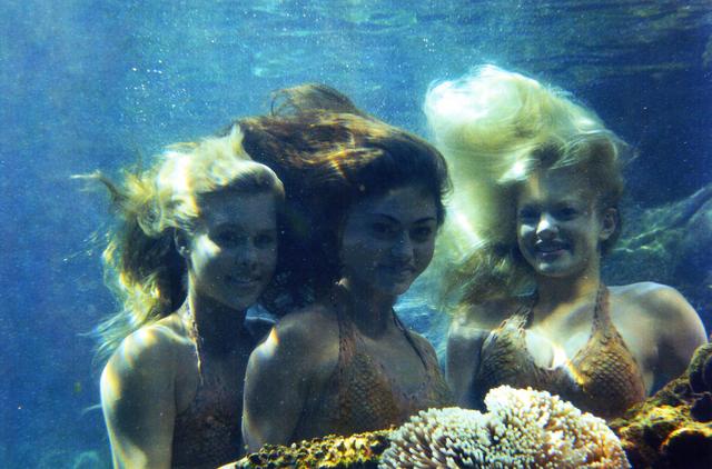File:H2O Mermaids Underwater.png