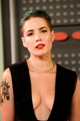 File:Halsey-2015-mtv-video-music-awards-at-microsoft-theater-in-los-angeles 18.jpg