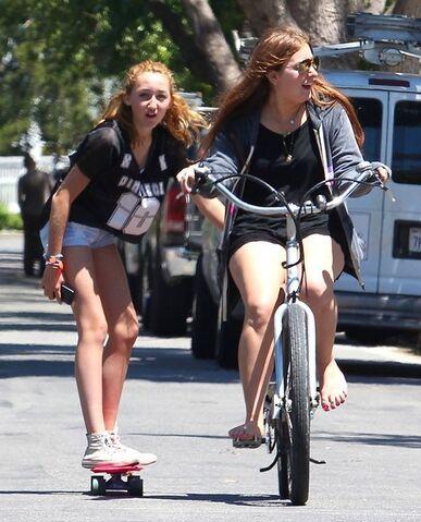 File:Noah+Cyrus+Noah+Cyrus+Goes+Skateboarding+LA+k-MDPaQdbMUl.jpg