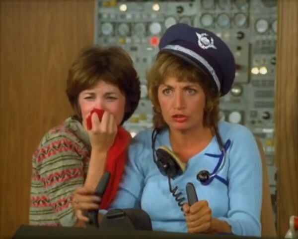 File:Ep 3x1 - Airport '59 - Laverne Shirley fly plane.jpg