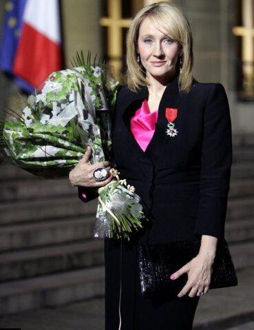 ファイル:Rowling frenchlegionofhonour.jpg