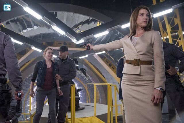 File:1x13 Erica poinitng a gun at Emily.jpg