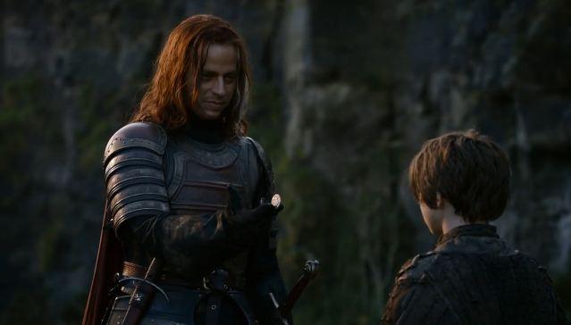 Archivo:Jaqen le da la moneda a Arya HBO.jpg
