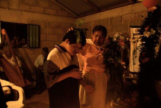File:09 Rameada frente a la Virgen mientras tocan los Arpisteros.jpg