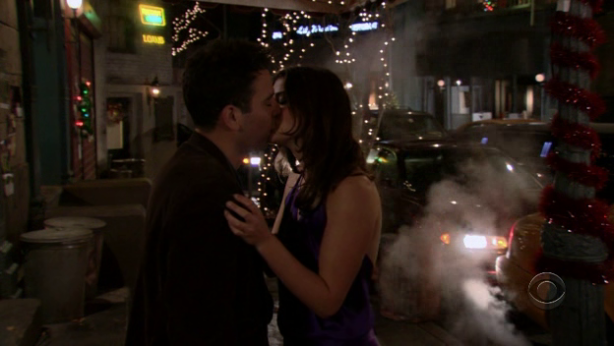 File:Ted and robin midnight kiss.png