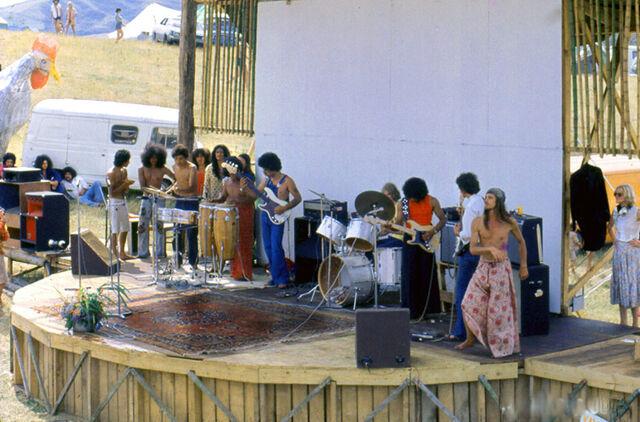 File:Mahana on Aerial Railway, Nambassa January 1978.jpg