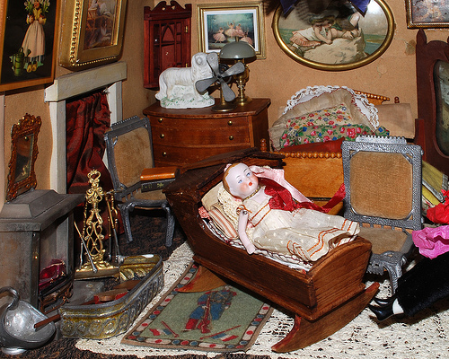 File:Antique Doll House.jpg