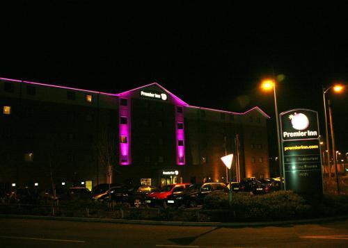 File:550 Premier Inn Castleford M62 Jct 32 .jpg