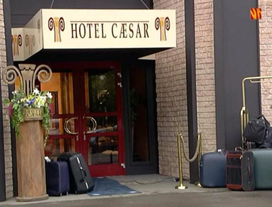 Fil:Hotel cæsar inngang sesong 1.jpg