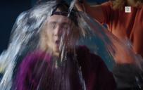 Eva heller en bøtte med vann over kai