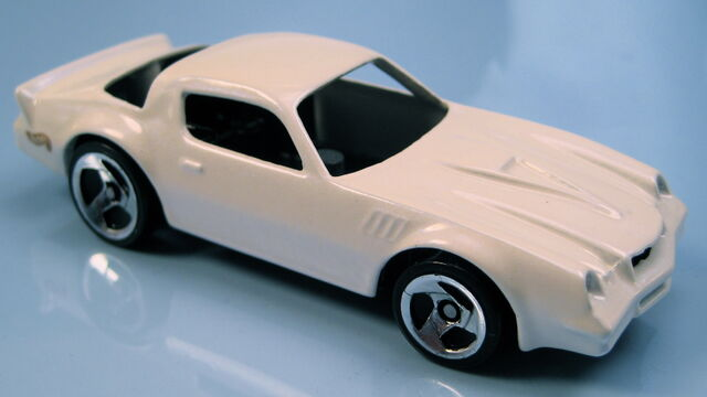 File:Camaro Z28 white pearl 3sp 5-Pack car ERROR missing glass.JPG