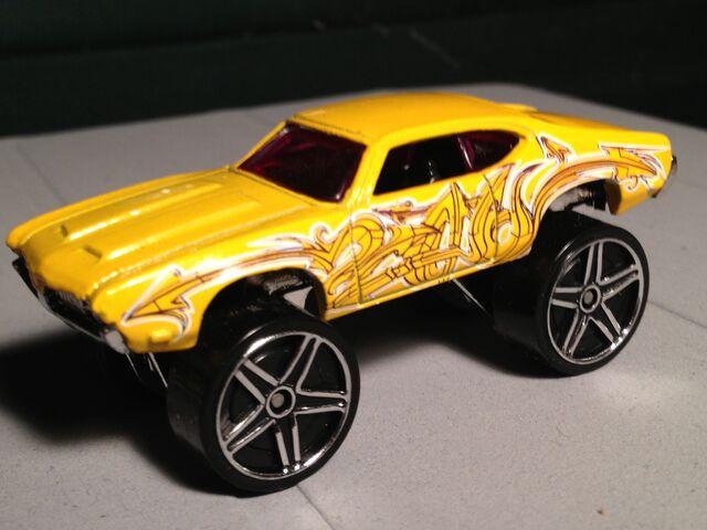 File:2013 yellow Olds 442 W-30 raised.jpg