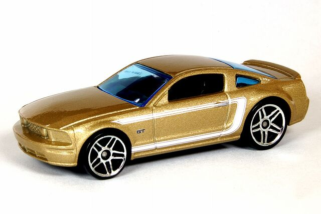File:Champagne 2005 Ford Mustang GT - 5995df.jpg