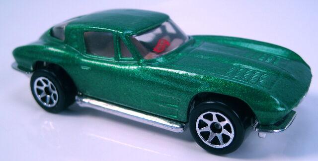 File:63 Split Window Corvette green met 7sp red HW logo on glass.JPG